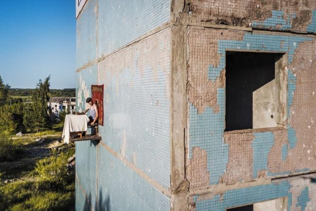 Простой парень из Самары решил пообедать на стене дома (8 фото)