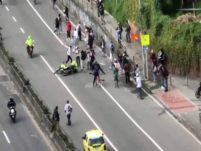 Колумбийская полиция против скейтеров