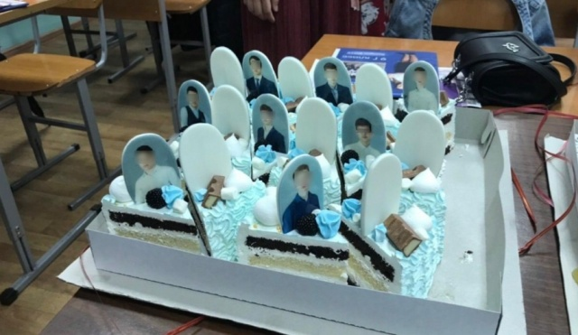 Красноярские родители подарили очень странный торт выпускникам (2 фото)
