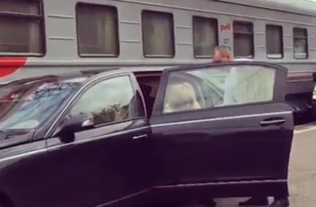 Аллу Пугачеву довезли на автомобиле прямо до вагона поезда