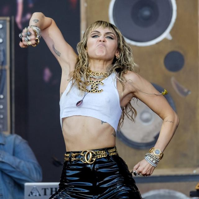 Майли Сайрус выступила на музыкальном фестивале в Гластонбери (19 фото)