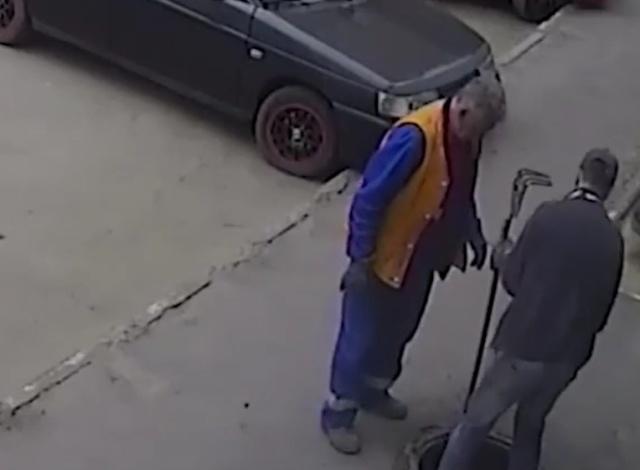 Открыли канализационный люк на тротуаре и ушли