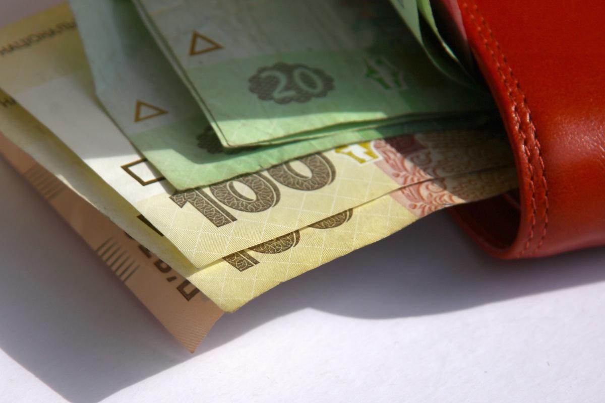 Средняя зарплата выросла с 3380 до 4299 грн.