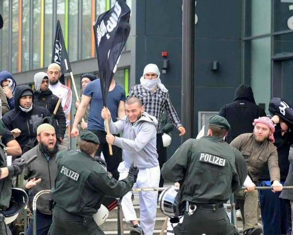 Во время беспорядков в Германии у беженцов замечен флаг ИГИЛ (фото + 3 видео)