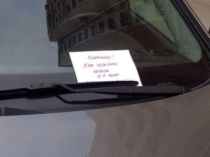 Наказание за парковку на газоне во дворике Санкт-Петербурга