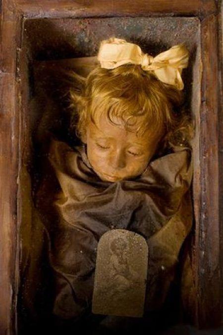 95-летняя мумия девочки открывает глаза солнечному свету