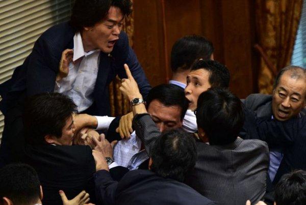 Драка в парламенте Японии