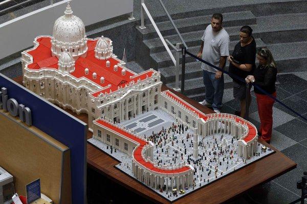 Священник построил копию Ватикана из лего