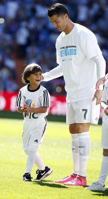 Рональдо вышел на поле вместе с мальчиком из Сирии