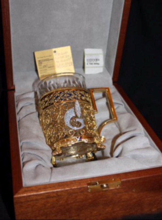 Золотой подстаканник за 1 100 000 рублей
