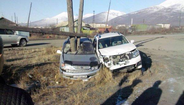 В Усть-Нере иномарка влетела в опору ЛЭП. Счастливая случайность уберегла водителя
