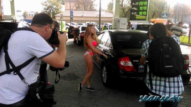 В Киеве на бензоколонке девушки раздевались за бак бензин.