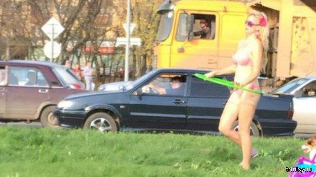 В Перми блондинка в купальнике решила позагорать прямо у дороги