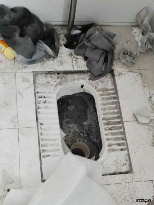 Пытаясь спасти телефон, парень застрял в туалете