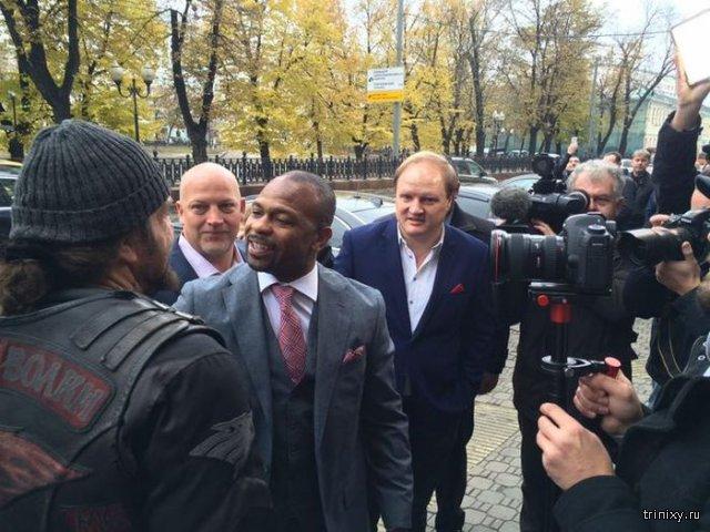 Боксеру Рою Джонсу вручили российский паспорт