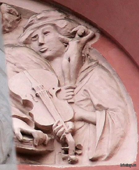 Питерские реставраторы «восстановили» изуродованный барельеф