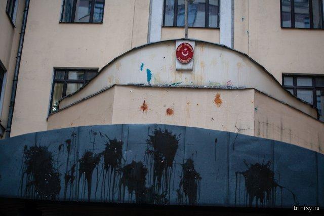 В Москве турецкое посольство забросали камнями и бутылками