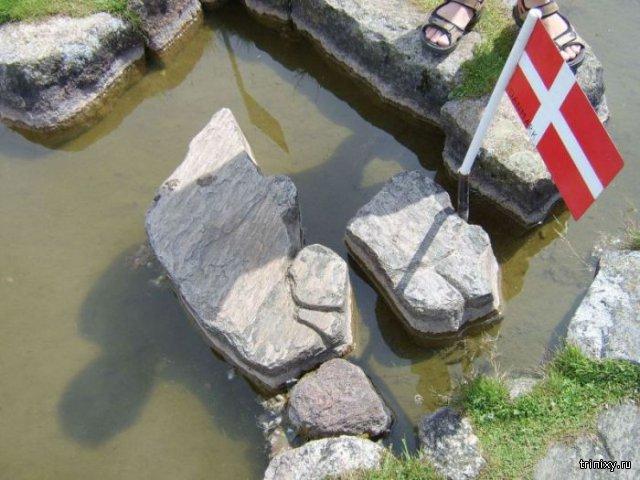 Датчанин создал миниатюрную карту мира на озере