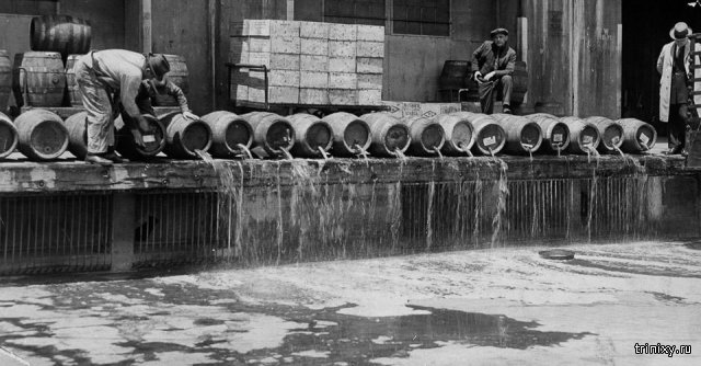 Уничтожение выпивки в сухой закон США