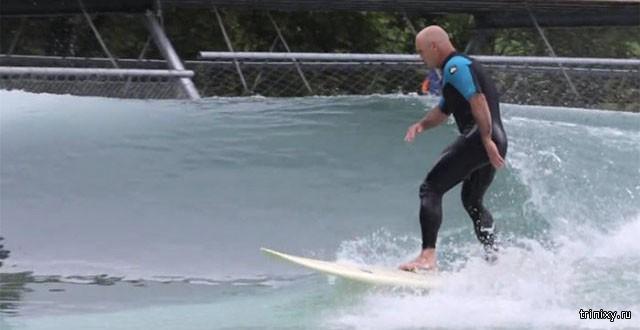 Слепой сёрфер прокатился по искусственным волнам