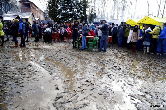 Жители Смоленска и Колпино отметили Масленицу по колено в грязи