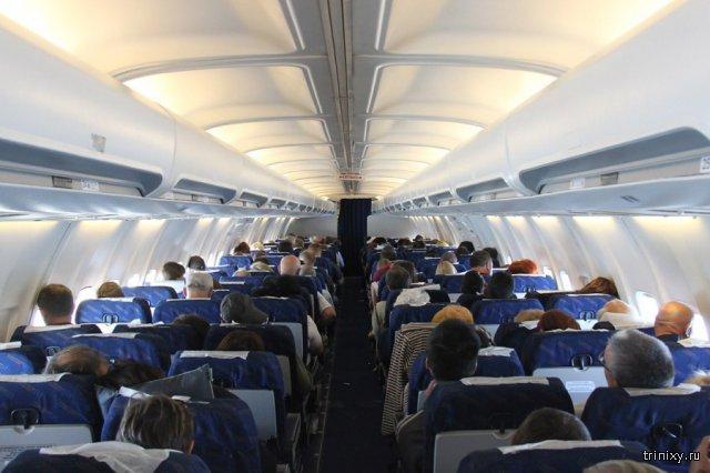 Китаянка перепутала дверь в туалет с запасным выходом в самолете