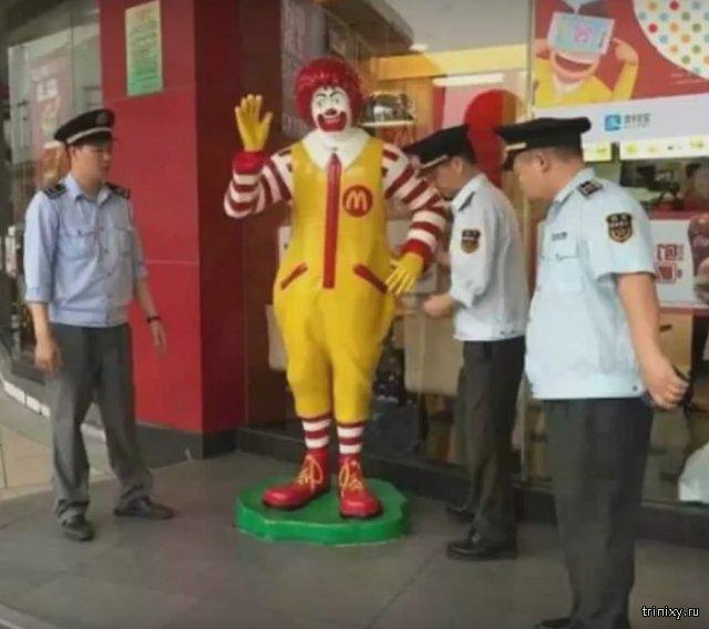 В Китае полицейские «арестовали» статую Рональда Макдональда