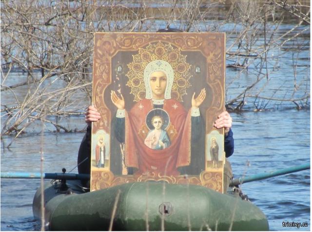 В Омской области совершили крестный ход на лодках против паводка