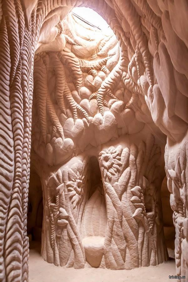 Скульптор превратил пещеру в произведение искусства