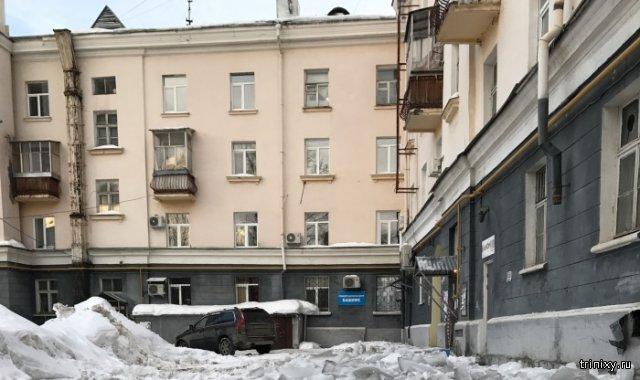 Коммунальщики в Уфе очистили снег с крыши дома