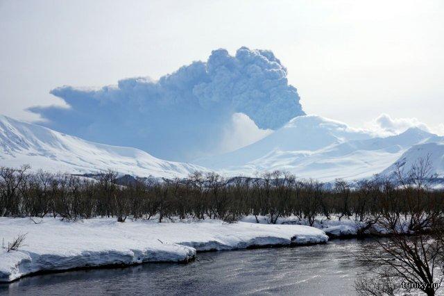 Извержение вулкана Камбальный на Камчатке
