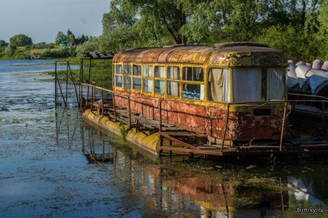 Заброшенный плавучий трамвай-дача