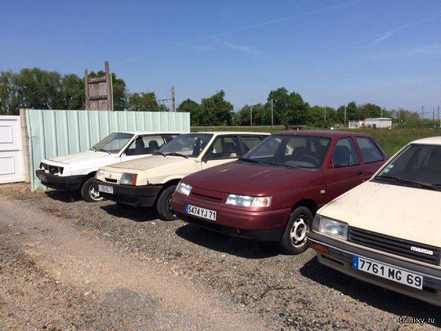 Во французском заброшенном автосалоне ржавеют десятки автомобилей LADA