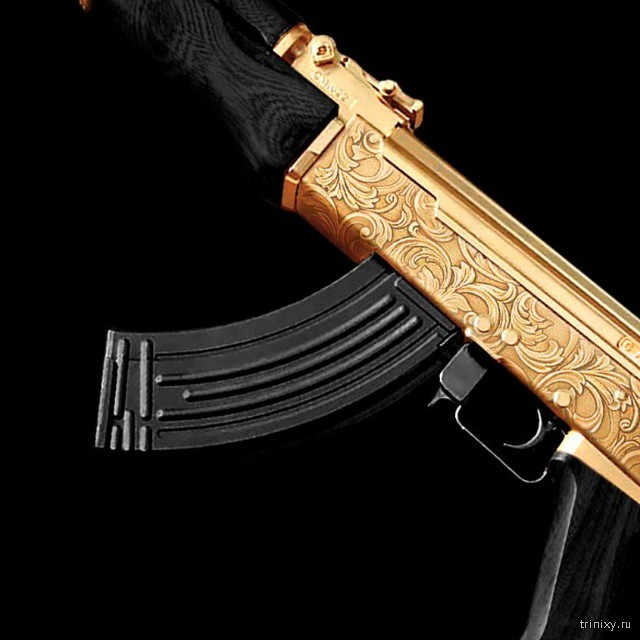 Золотой автомат Калашникова АК-47 и пистолет ТТ ко Дню Победы