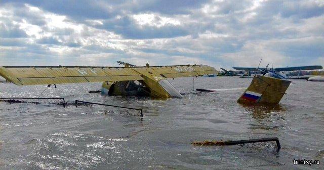 В городе Ишим затопило самолёт, предназначенный для борьбы с паводком