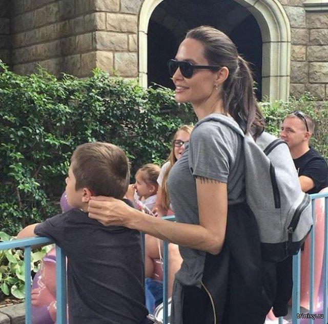 Анджелина Джоли в Диснейленде