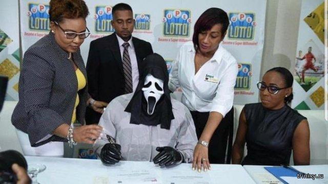 Победитель лотереи пришел за выигрышем в жуткой маске из фильма