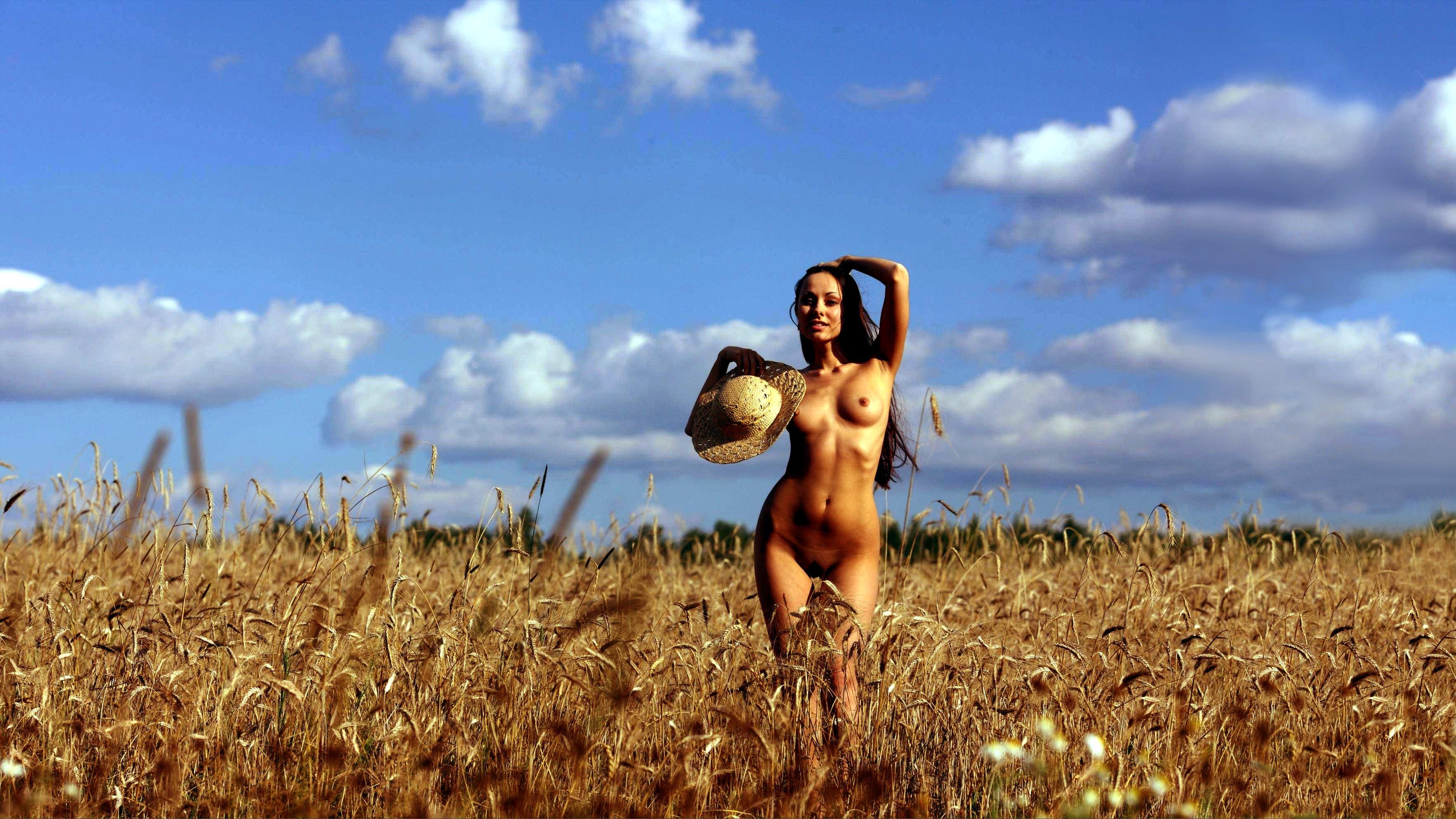 Девки пляшут голышом в поле 15