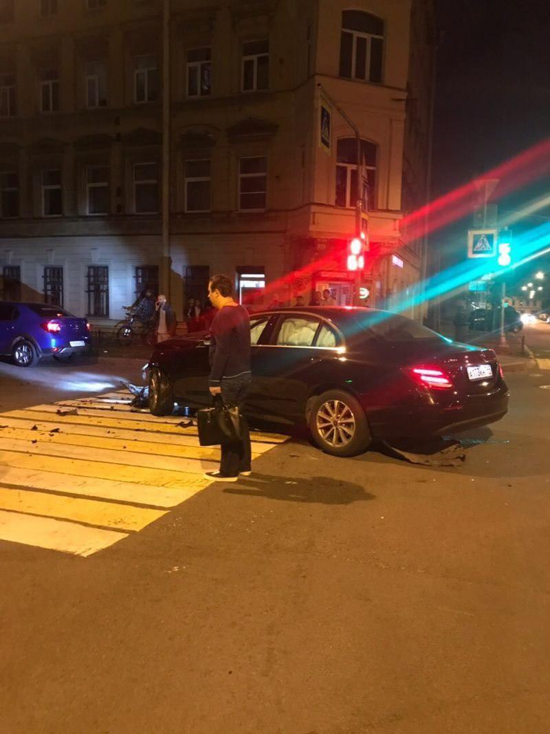 ДТП с переворотом в Петербурге: водитель «Калины» поехал на красный и поплатился (фото, видео)