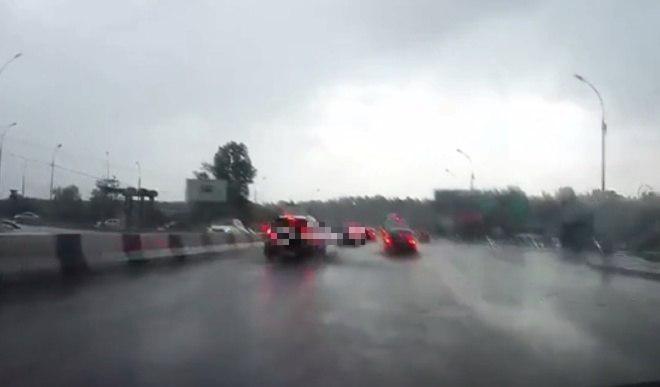 Молния ударила рядом с машиной в Новосибирске