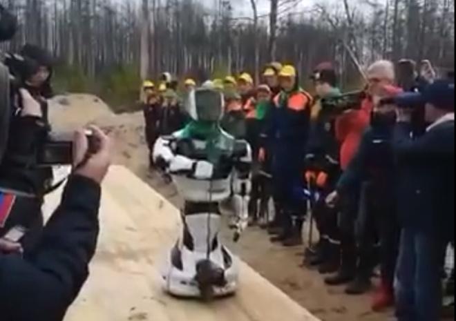 Робот посадил дерево