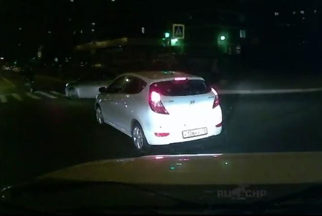 Подстава на дороге Питера — парень на роликах «влетел» под колёса машины