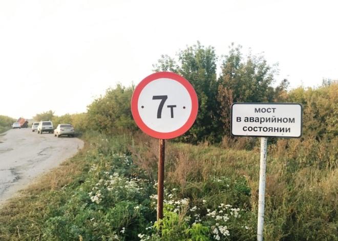 «Немного» перегруженный «КАМАЗ» проломил мост