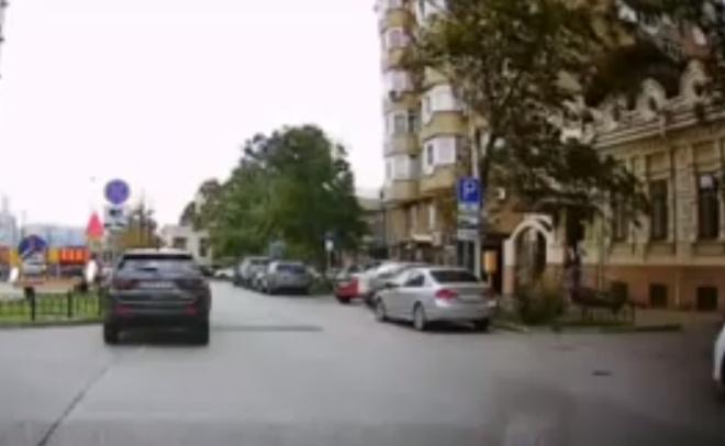 В Ростове на девушку чуть не рухнуло дерево