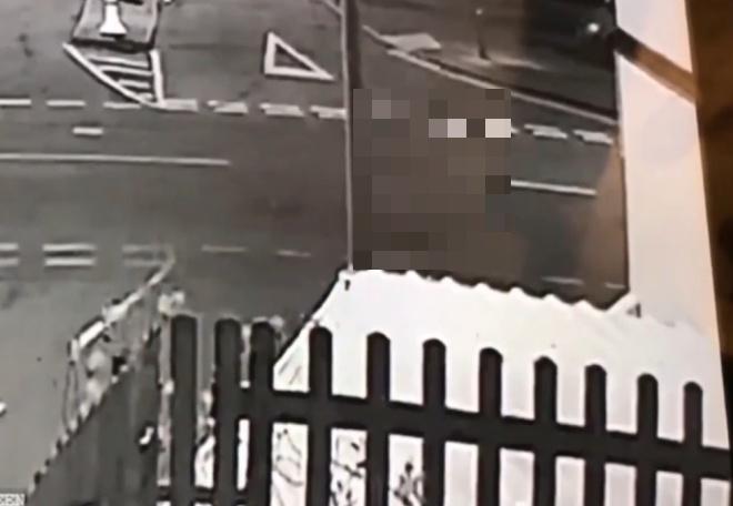 Камера наблюдения сняла туманный силуэт, появляющийся из фонаря