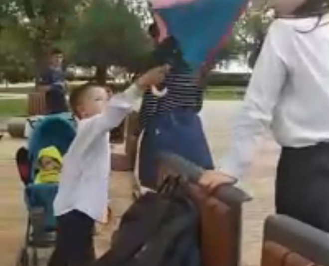 Неадекватная мамаша бросается на подростков и угрожает им