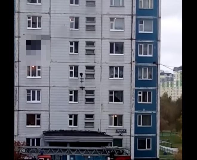 Герои среди нас: парень вытащил девушку из окна полыхающей квартиры