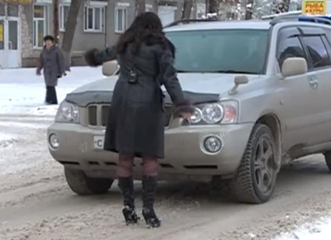 Девушка не смогла сохранить спокойствие во время репортажа на пешеходном переходе