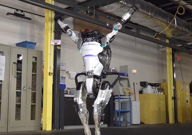 Специалисты компании Boston Dynamics научили робота кувыркаться и вставать на руки