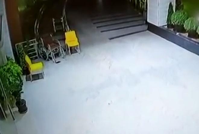 Камера наблюдения сняла, как инвалидное кресло передвигается само по себе